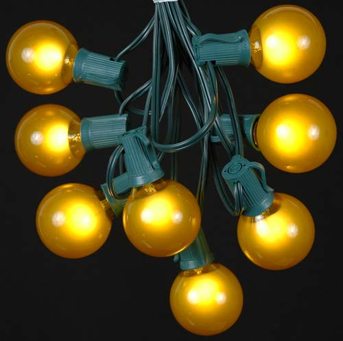 picture of 25 g50 globe light string set with yellow gold bulbs on green